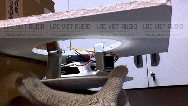 Tiến hành lắp đặt loa âm trần và kéo dây kết nối